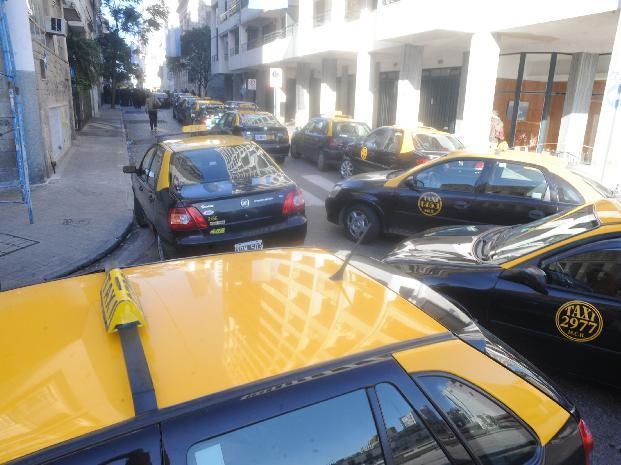 Un grupo de taxistas redujo a un ladrón que había asaltado a un chofer y lo entregó a la policía