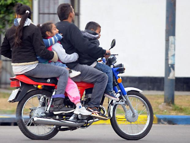 Alerta por la presencia de menores de 10 años que viajan en moto y sin casco