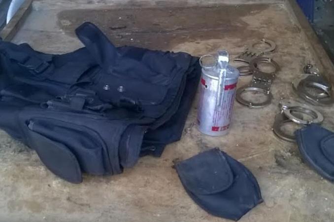 En La Saladita encontraron un chaleco, esposas y una granada de gas lacrimógeno de la policía