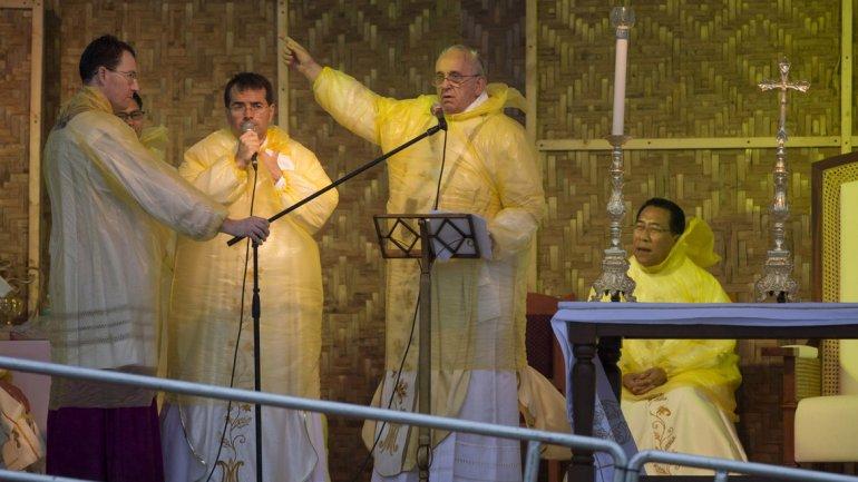 Un tifón forzó al Papa a dejar Tacloban y murió una voluntaria