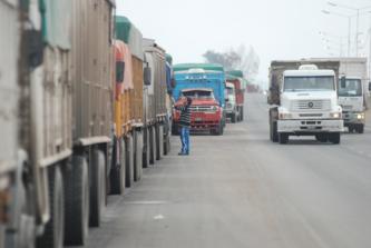 Cientos de vehículos pesados cortaron la circunvalación para protestar por demoras y robos