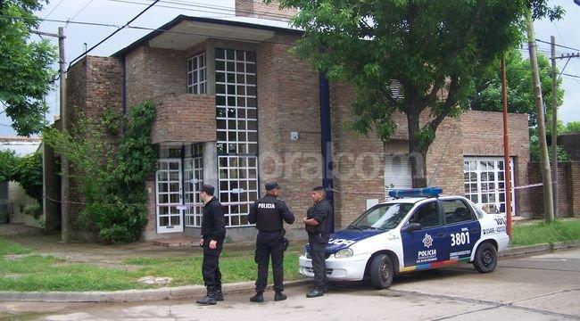Allanaron la vivienda del presunto asesino de su ex mujer y su amante