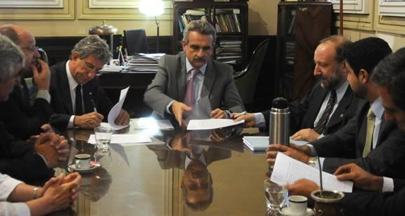 Firmaron un convenio entre el gobierno y la UNL y la UNR