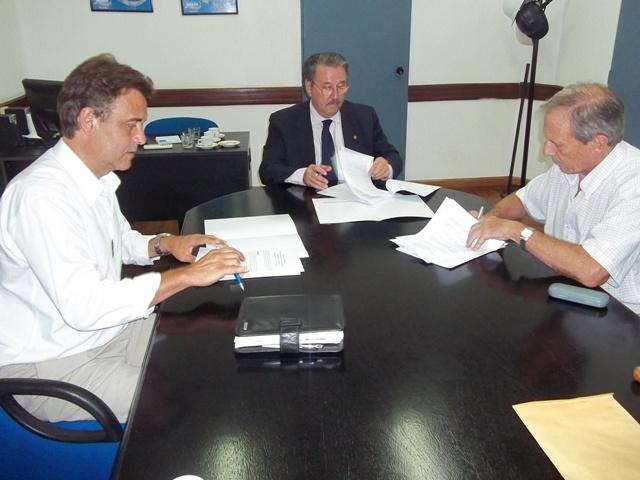 Assay Firmat firmaron un acuerdo para avanzar hacia el tendido de cloacas en la ciudad