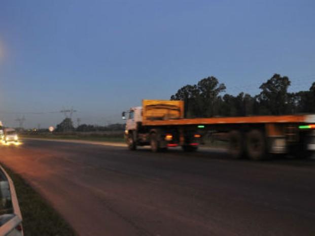 Un muerto y cinco heridos en un múltiple accidente de tránsito entre dos camiones y una pick up