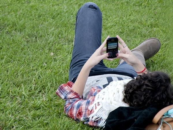 El 72% de jóvenes privilegia la comunicación escrita en su celular