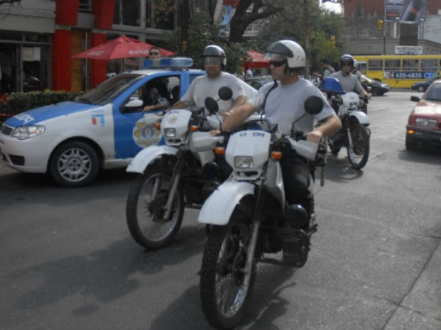 Un policía motorizado está grave al chocar con otro motociclista en la zona sur