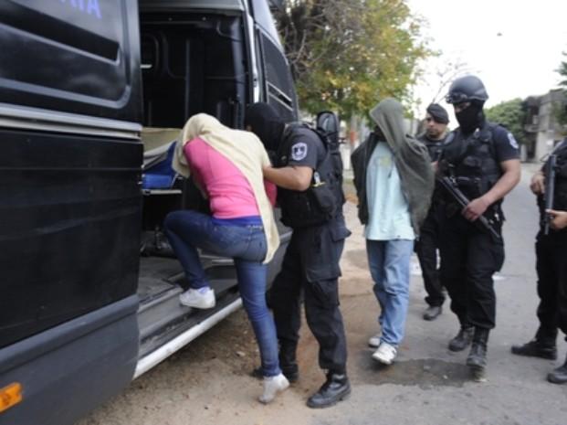 Dos detenidos en allanamientos en zona sur donde hallan droga y un arsenal con TNT y armas de guerra