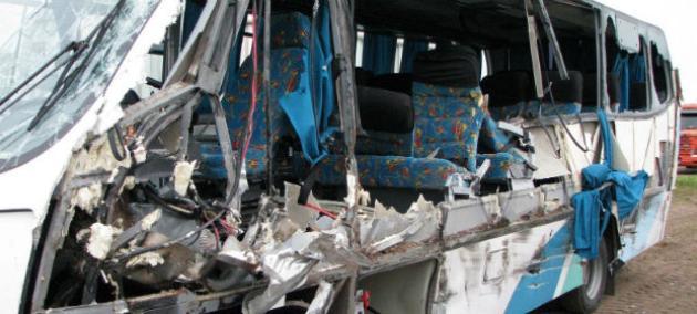 Una mujer murió y dos niñas resultaron heridas al chocar un minibús que trasladaba un equipo de voley