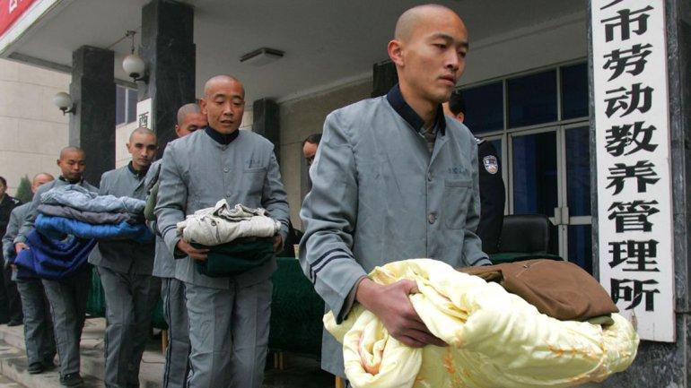 China elimina los campos de trabajo comunistas y relaja su política de hijo único