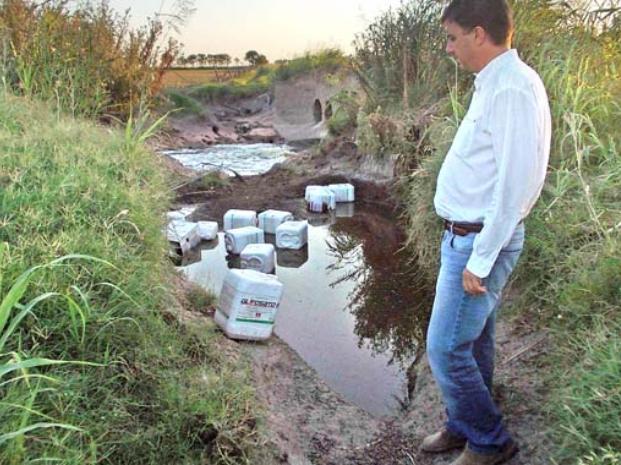 Tiran bidones de un tóxico en un canal de San Martín de las Escobas