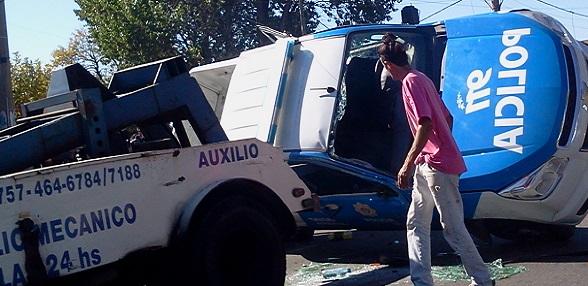 Un patrullero chocó y volcó: dos policías herido