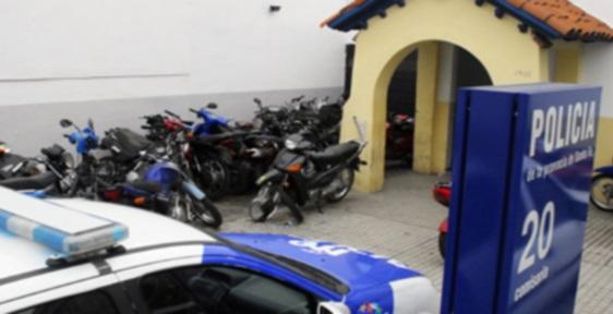 Vecinos redujeron a un motochorro sin golpearlo y lo entregaron a la policía