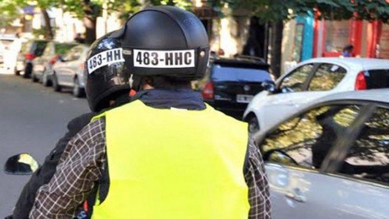 Bahía Blanca se opone a que los motociclistas lleven el número de patente en cascos y chalecos